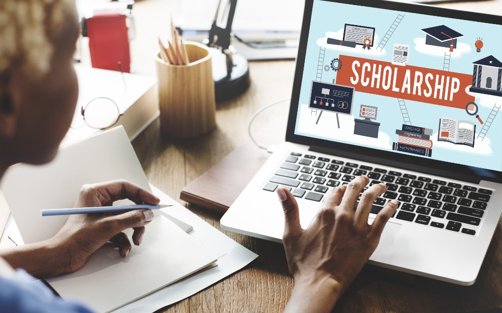 student applying to an online scholarship