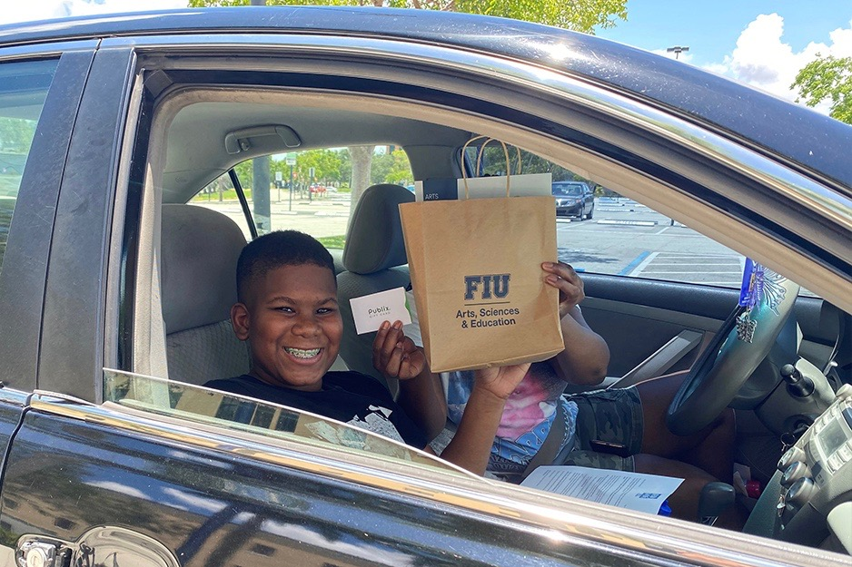 student receiving publix gift card